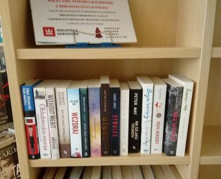 Nowości książkowe na bibliotecznych półkach